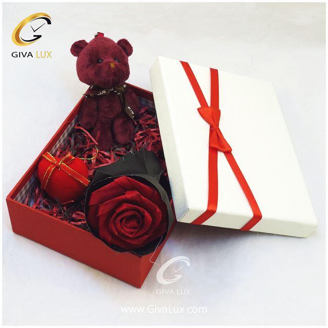 پک کادویی شامل گل خرس بنفش قلب و جعبه