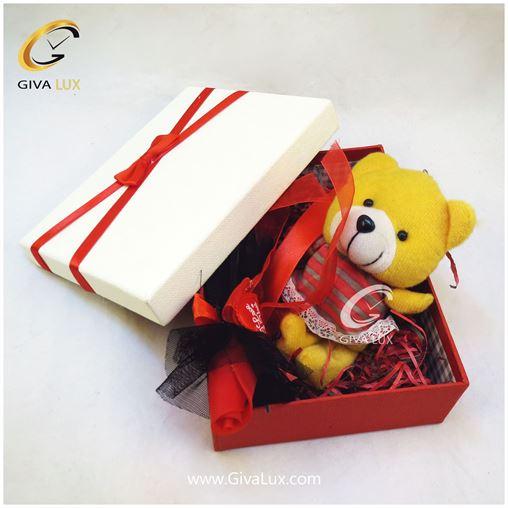 پک کادویی شامل خرس زرد رنگ دخترانه گل قرمز و جعبه