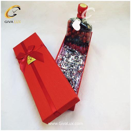 پک کادویی شامل جعبه قرمز و شکلات رنگی