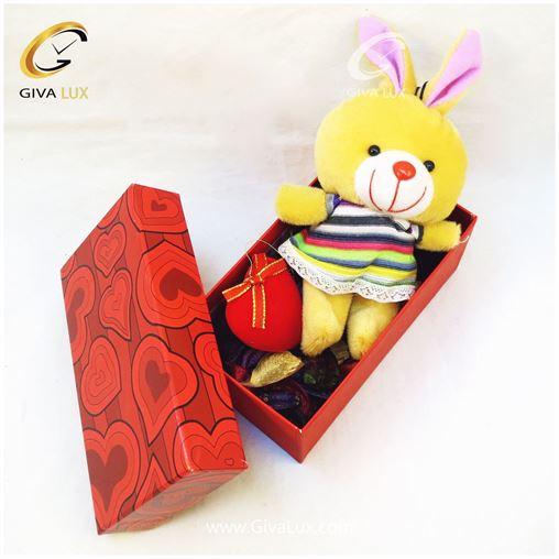 پک کادویی شامل عروسک زرد قلب و جعبه قرمز