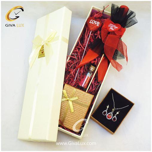 پک کادویی شامل گل قرمز روبان دار قلب شیشه تزئینی نیم ست دخترانه جعبه