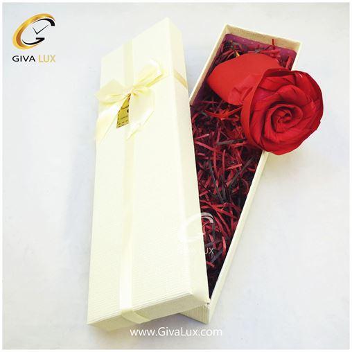 پک کادویی شامل گل کاغذی قرمز و جعبه